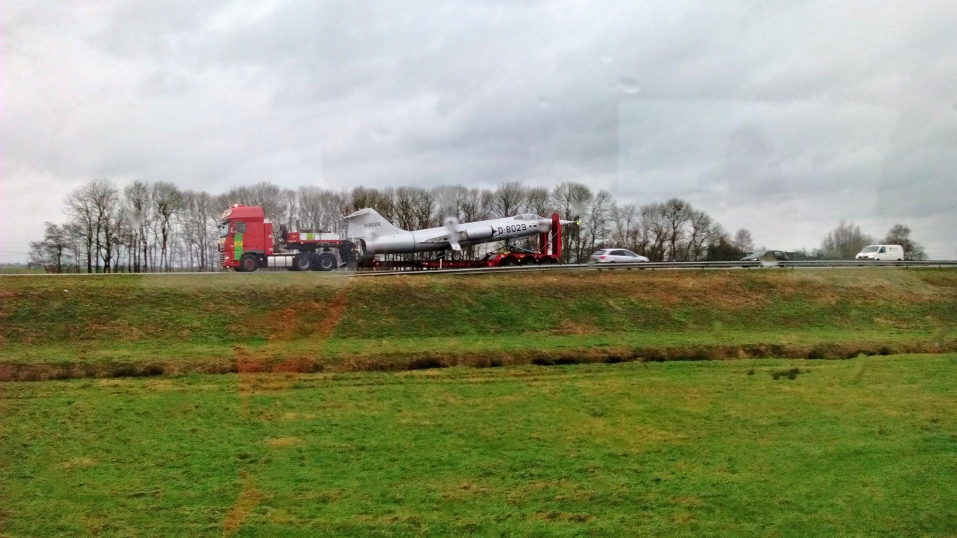 Bijzonder transport: straaljager op dieplader van Hasselt naar Zwolle