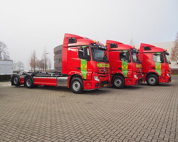Drie nieuwe Mercedes vrachtwagens geleverd
