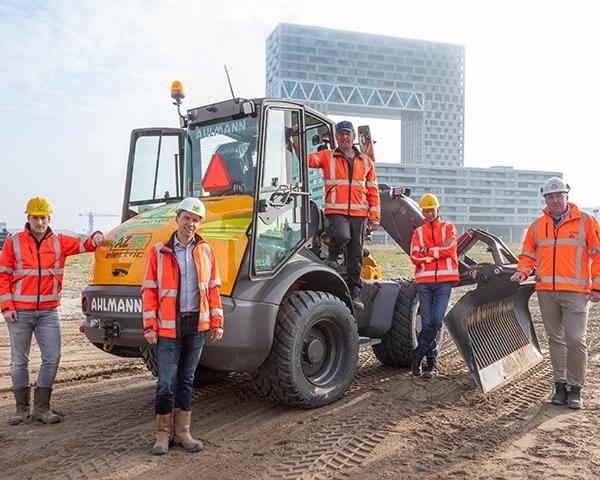 Eerste volledig elektrische Ahlmann gestart op project van KWS in Amsterdam