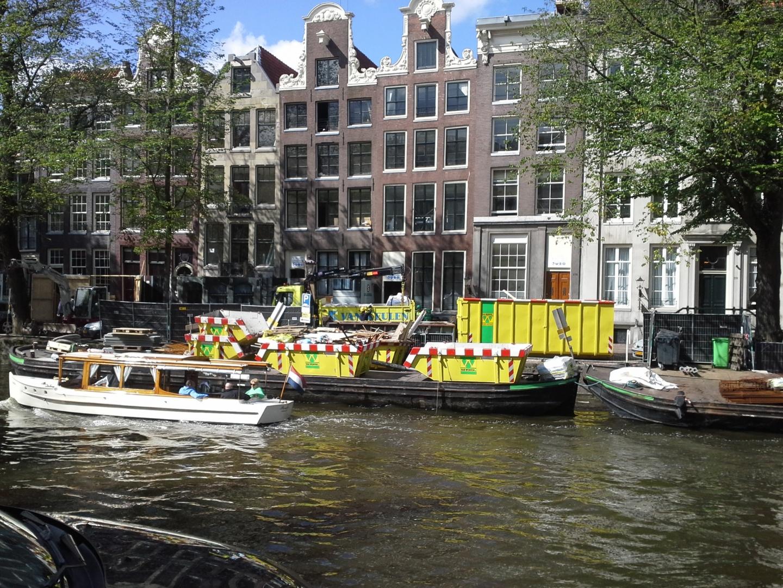 Manoeuvreren met containers in de Amsterdamse grachten
