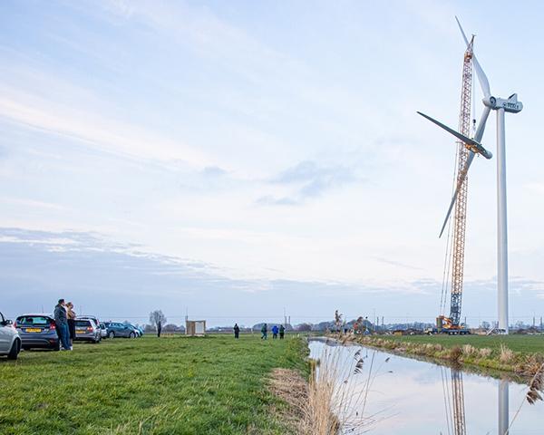 Volop publiek bij plaatsing laatste windmolen 'Peace'
