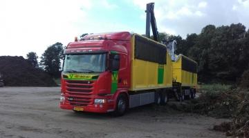 Vrachtwagen met bomenkraan